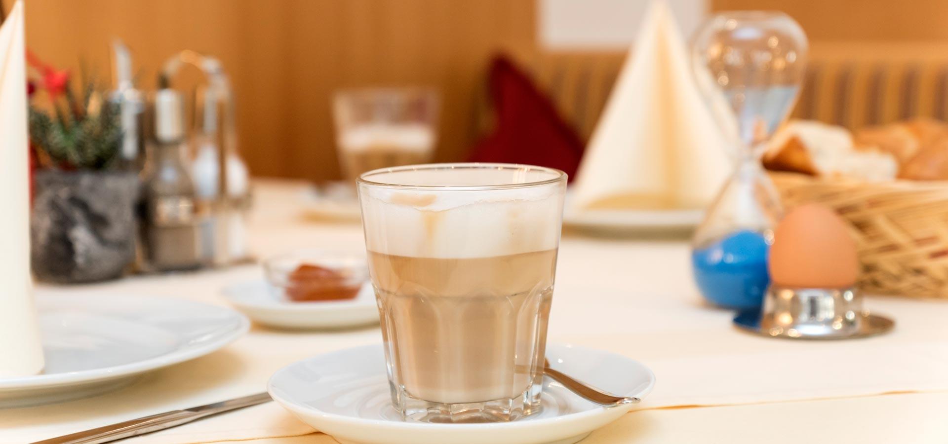 Der Kaffee duftet die Brötchen sind herrlich knusprig